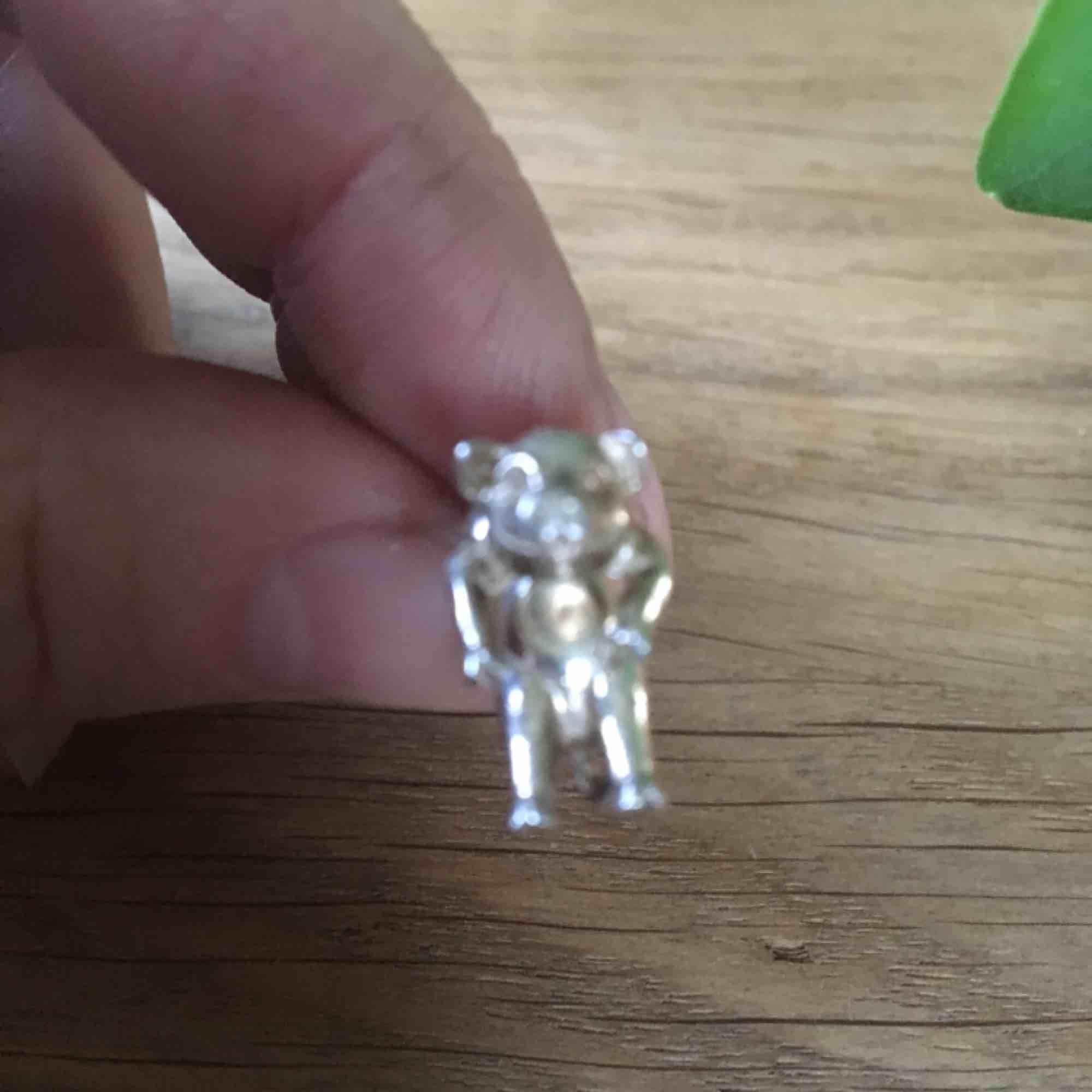 1 örhänge, ser ut som en gris som hänger genom örat. Äkta silver. Frakt ingår i priset.. Accessoarer.