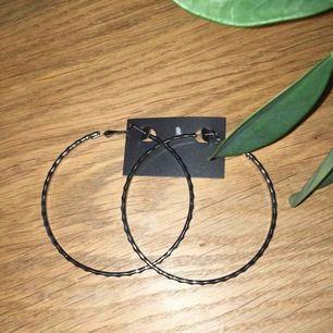 Helt nya örhängen, aldrig använda. Frakt ingår i priset.