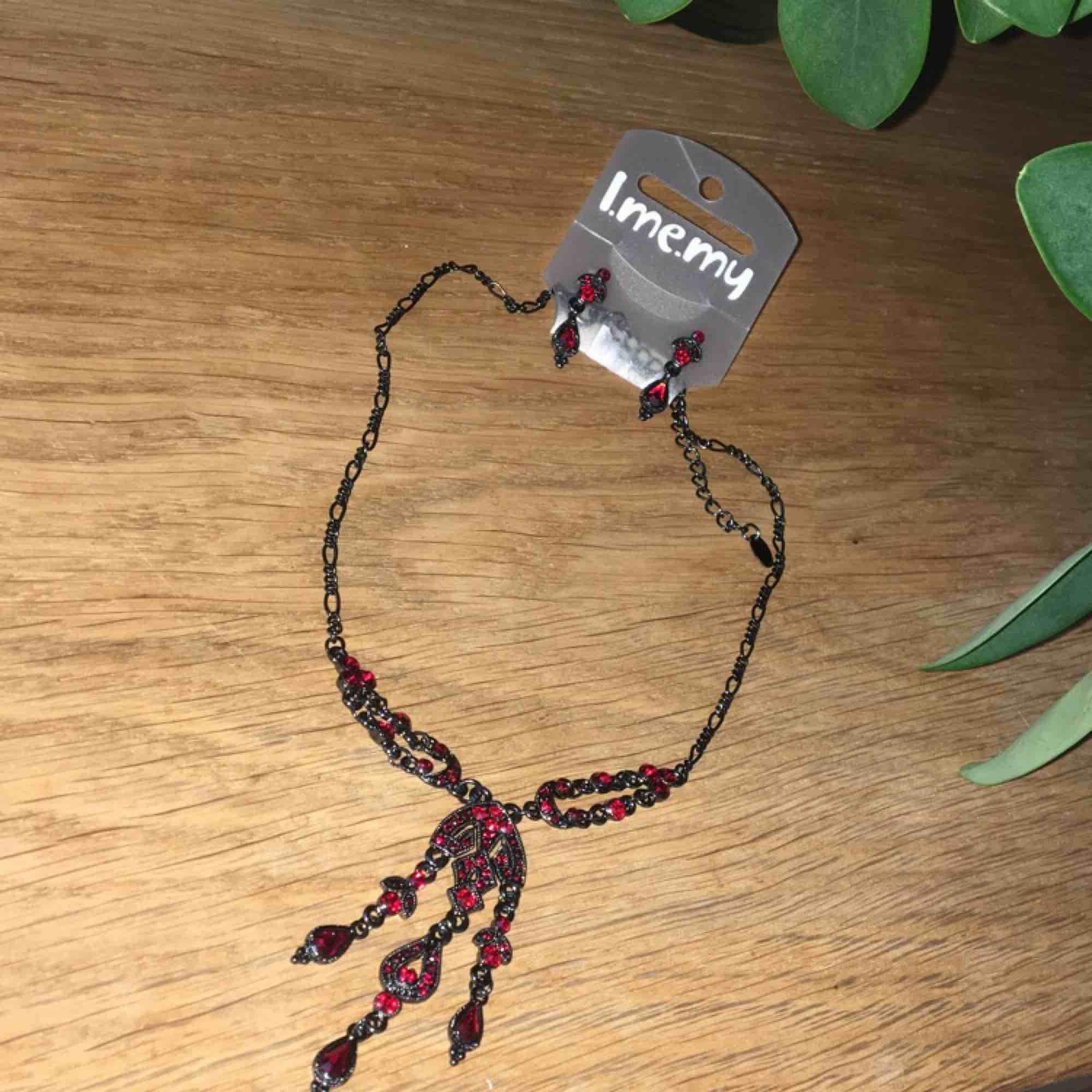 Helt nytt halsband med matchande örhängen. Aldrig använt. Frakt ingår.. Accessoarer.