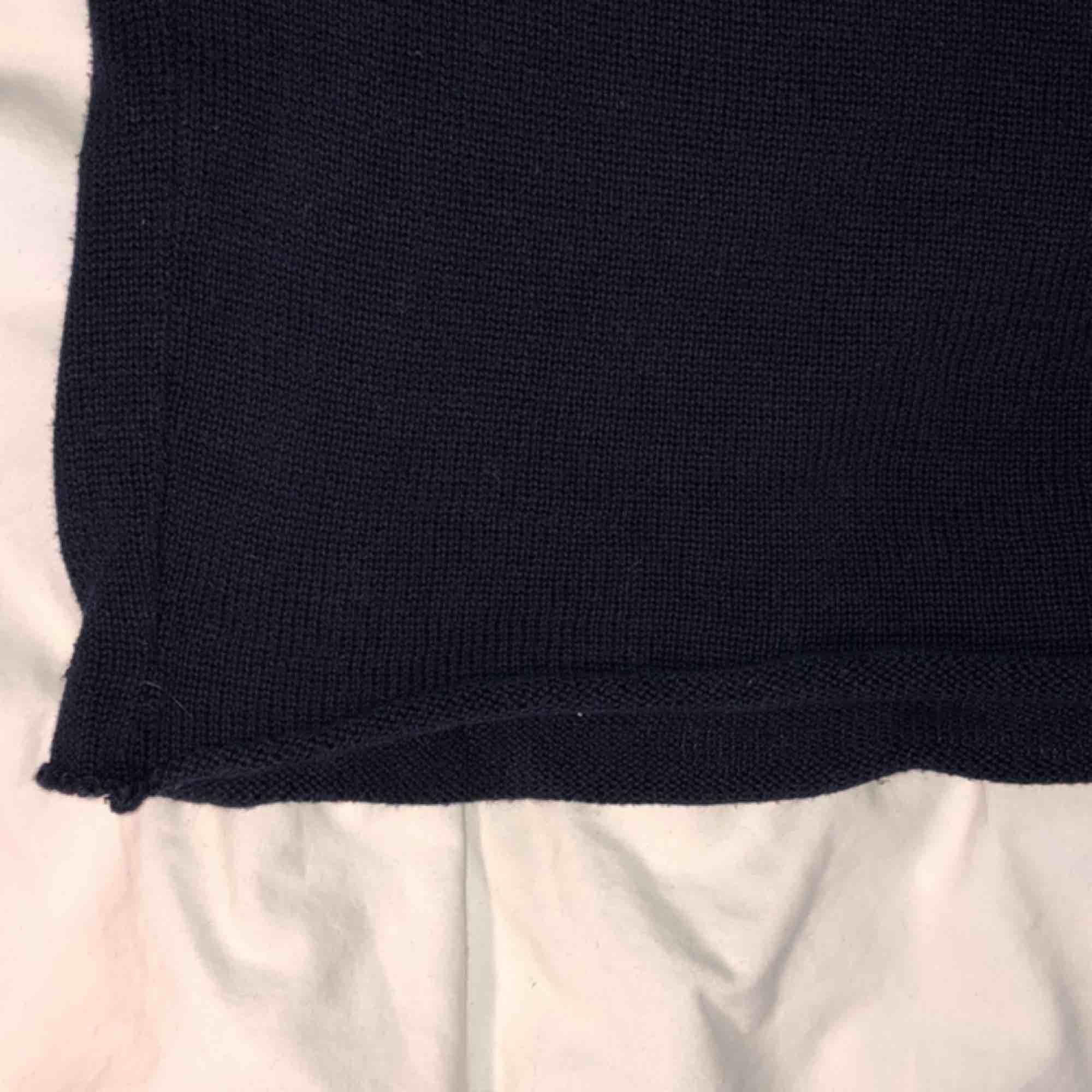 Finstickad/stickad tröja från Brandy Melville!🤭💖 marinblå & vit med avklippt kant längst ner (köpt så). Jag har vanligtvis har xs/s men den passar nog de flesta😍🥰 köparen står för frakt😇🤜🏼🤛🏼. Tröjor & Koftor.