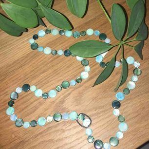 Längre halsband med fina turkos blå stenar. Aldrig använt. Frakt ingår.