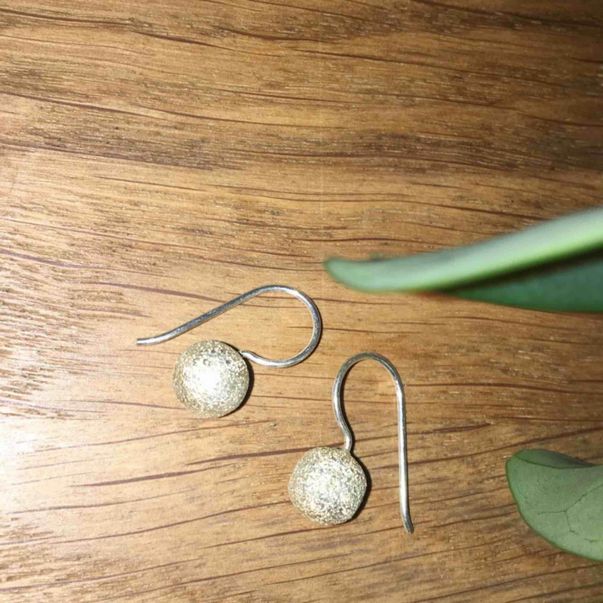 """Jättesöta örhängen """"snöbollar"""" i äkta silver. Bollarna glittrar lite vilket kanske inte syns så bra på bilderna. Frakt ingår i priset.. Accessoarer."""