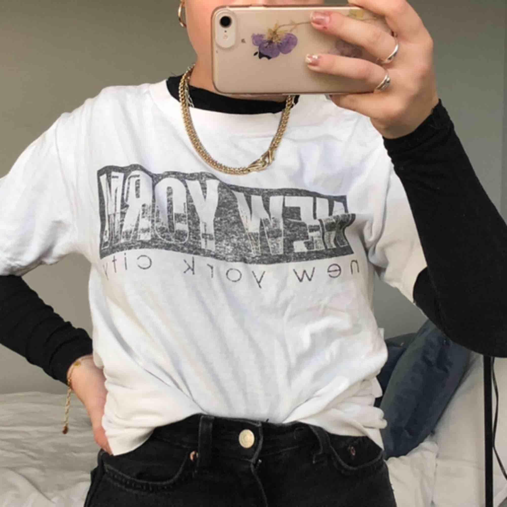 Vit t-shirt med coolt tryck😎💖 passar de flesta beroende på hur man vill att den ska sitta, jag har normalt xs/s🥰 cool att ha över annan tröja, eller för sig själv!!💯🤭 köparen står för frakt. T-shirts.