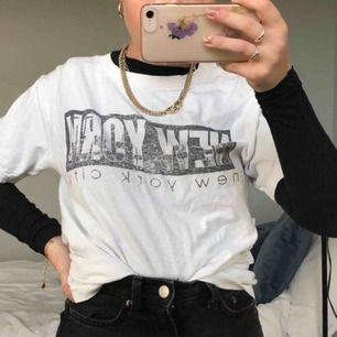 Vit t-shirt med coolt tryck😎💖 passar de flesta beroende på hur man vill att den ska sitta, jag har normalt xs/s🥰 cool att ha över annan tröja, eller för sig själv!!💯🤭 köparen står för frakt