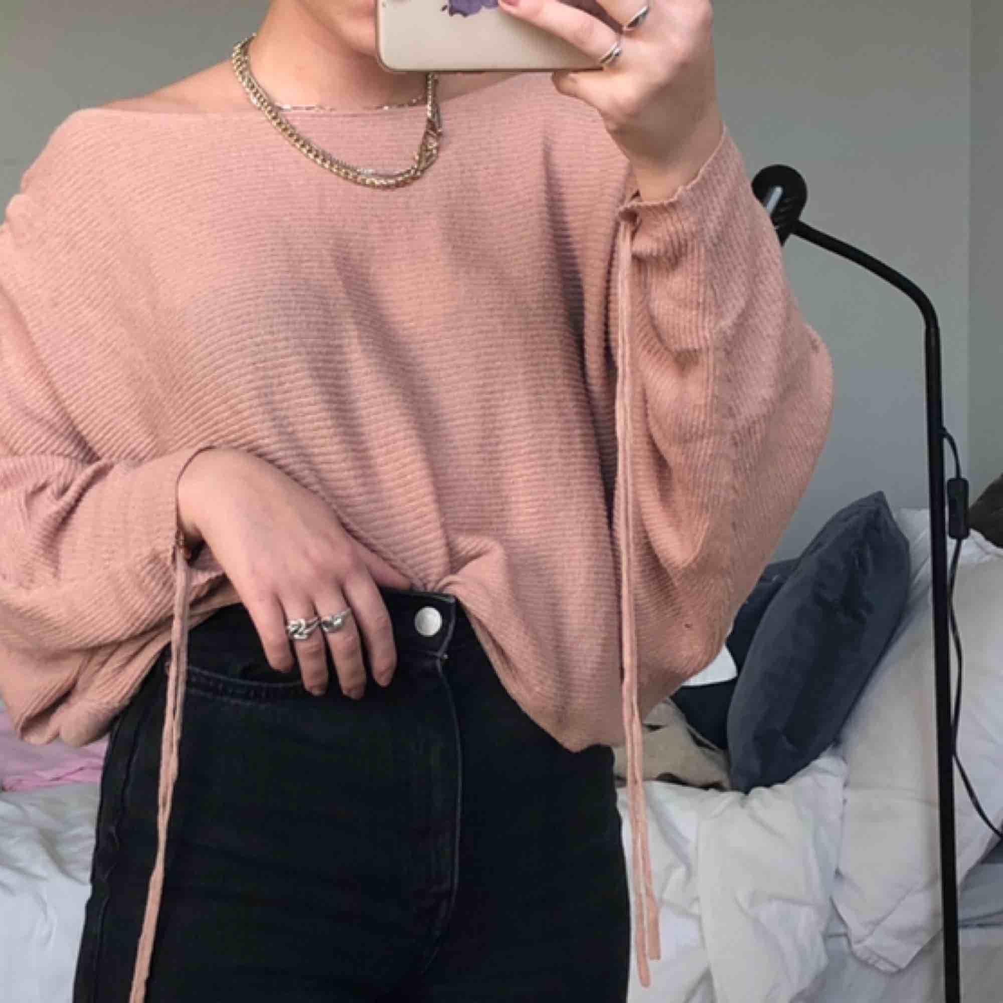 """Ribbad & skitmjuk mysig beige/rosa tröja i """"fladdermus"""" modell från Zara😌💖 har snörning i ärmarna så de kan ändra längd och utseende🤯 Är i S men den är rätt stor i storleken, så passar nog de flesta😍 köparen står för frakten. Tröjor & Koftor."""