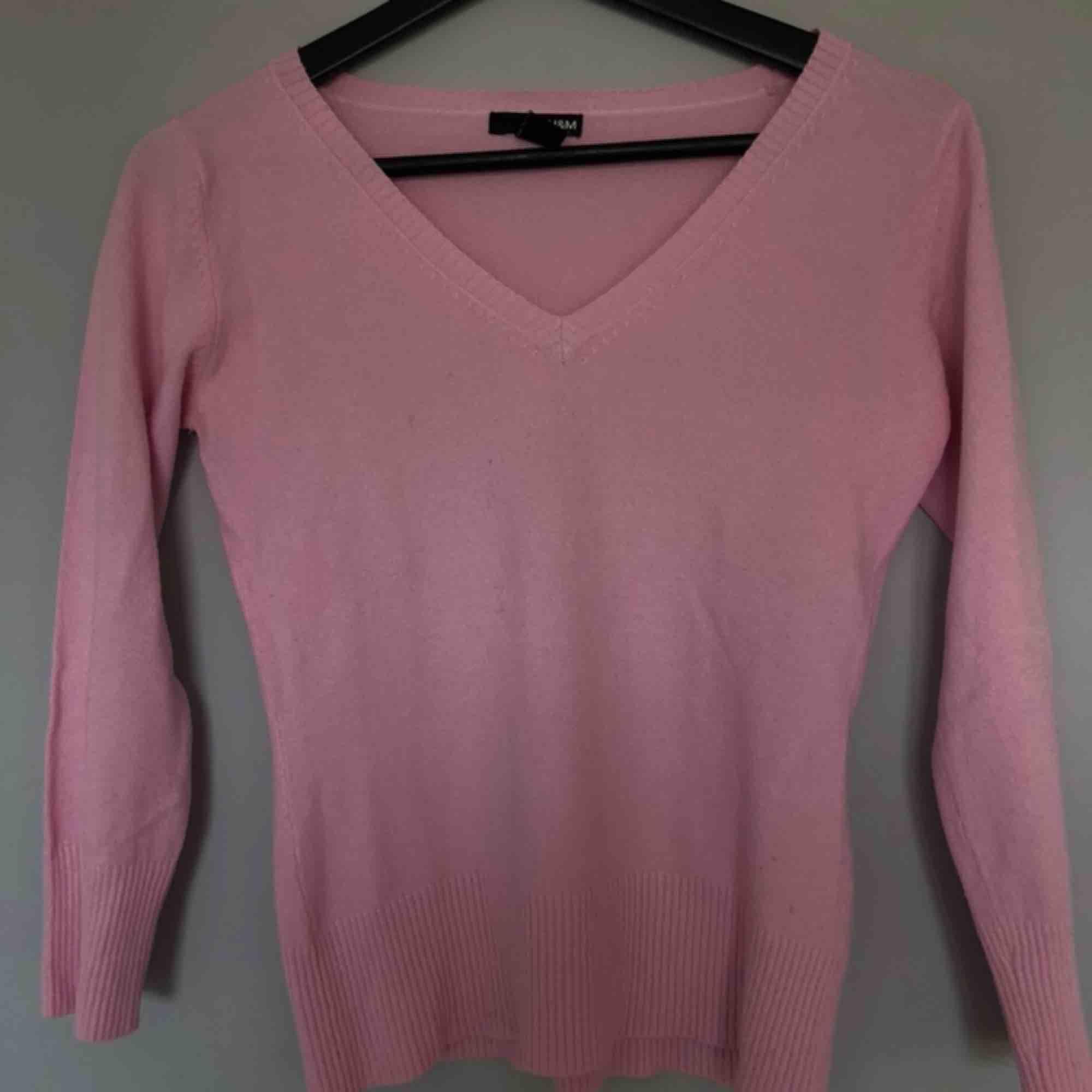 Rosa v-ringad tröja från H&M😇💖 lite kortare ärmar och jättesjuka material😍 Står att det är M, men jag har normalt xs/S och passar mig bra🥰 köparen står för frakten. Tröjor & Koftor.