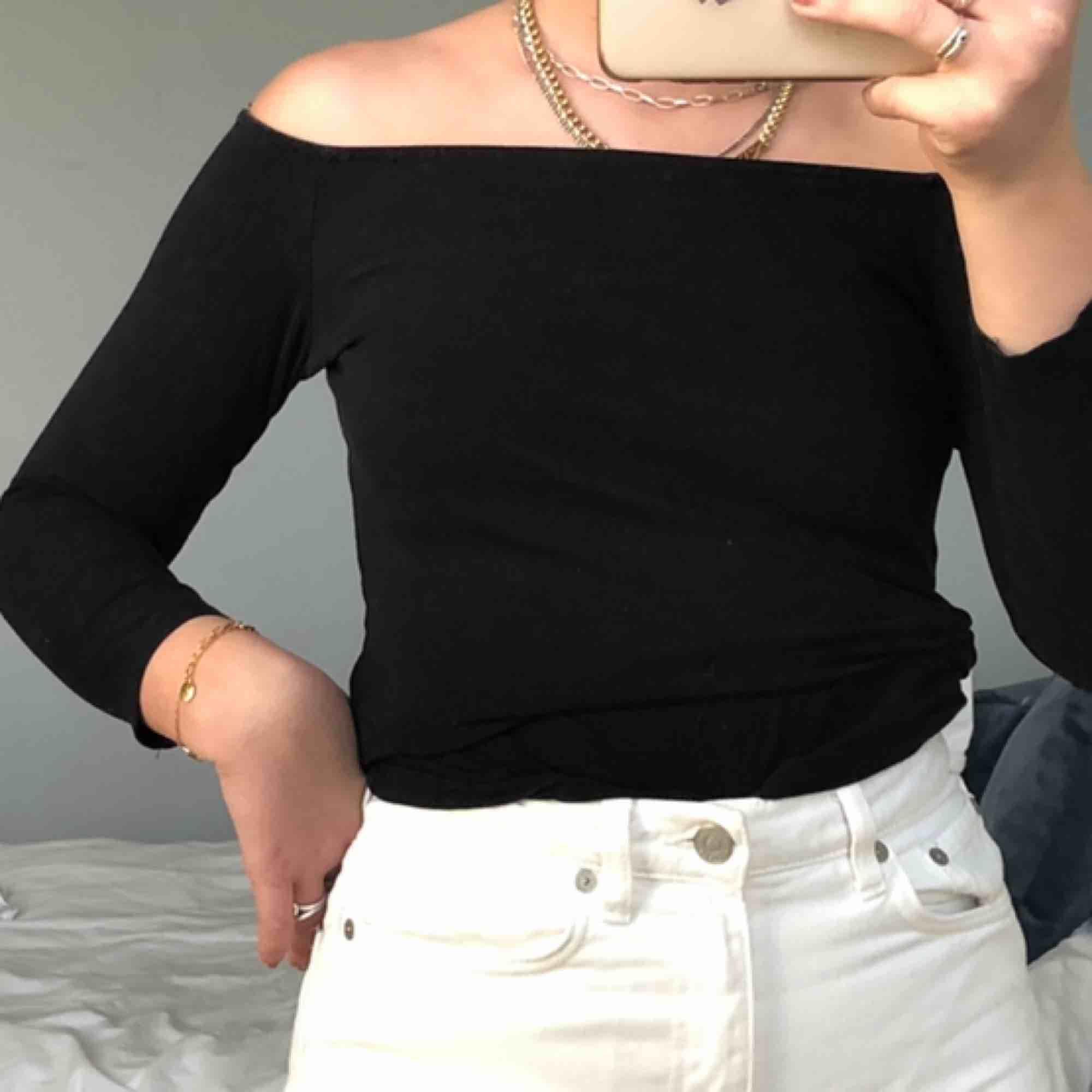 Svart off-shoulder tröja från H&M💜 . Toppar.