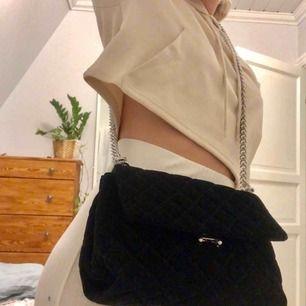 Super snygg väska i sammet köpt på Gina Tricot. Den är helt oanvänd! Lagom stor så en får plats med plånbok, nycklar, solglasögon plus mer. Kommer med en kortare kedja och en längre kedja. Finns ett mindre fack i där man kan ha småsaker 💜