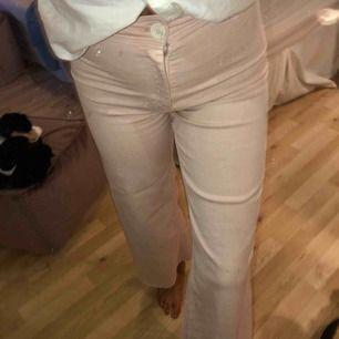 """Rosa jeans, raka i benen med """"slitningar"""" längst ner. Använd max 3ggr."""