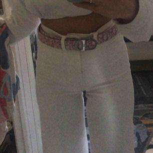 Säljer mina vita byxor från h&m då jag inte använder dom tyvärr:// Superfina och använda ca 3 gånger, frakt tillkommer💓