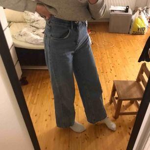 Ett par blåa vida jeans som är som i nytt skick. Säljer då de är lite förstora på mig runt låren, midjemått är 34/36🌎frakt tillkommer på endast 35 kr då vi DELAR KOSTNADEN PÅ FRAKT