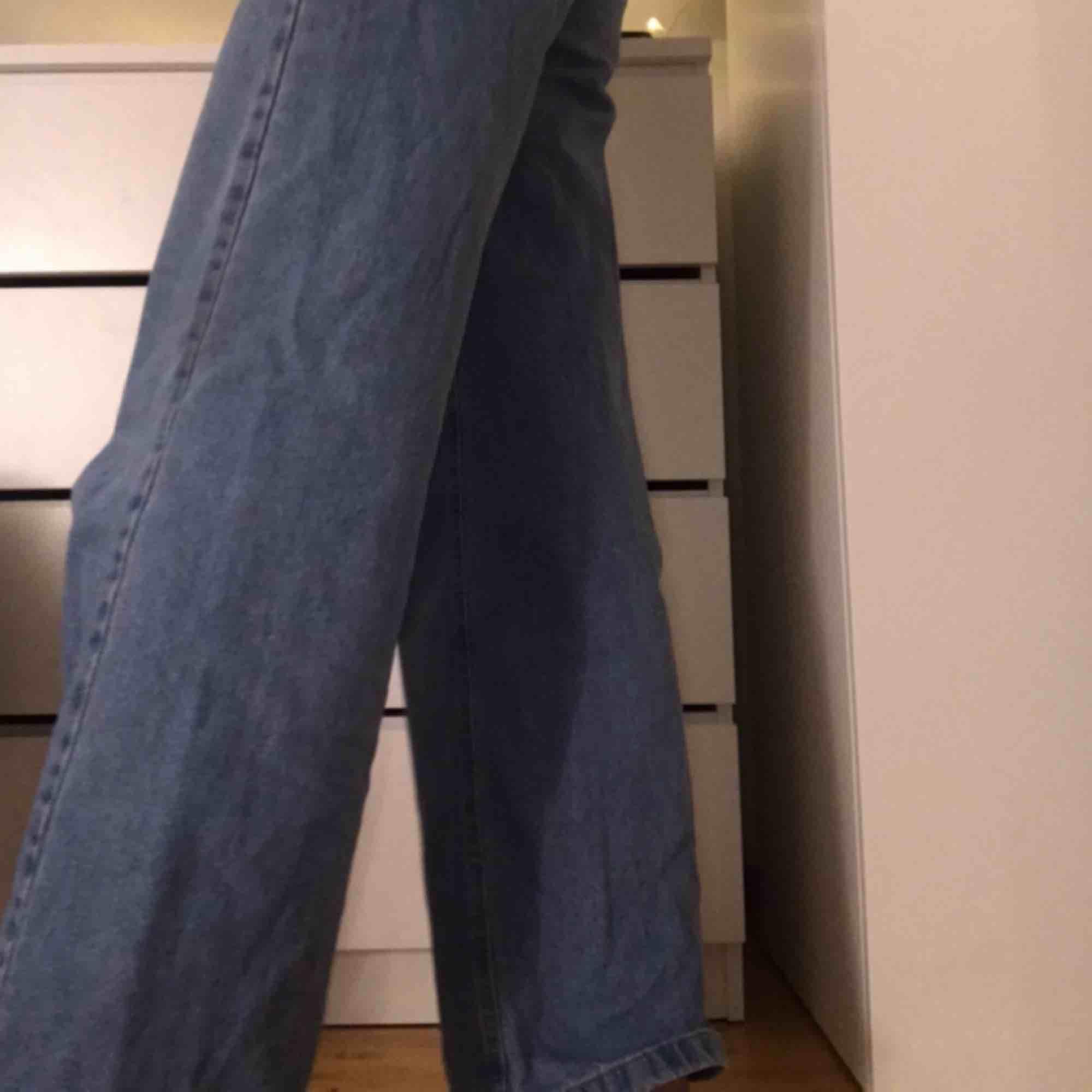 Ett par blåa vida jeans som är som i nytt skick. Säljer då de är lite förstora på mig runt låren, midjemått är 34/36🌎frakt tillkommer på endast 35 kr då vi DELAR KOSTNADEN PÅ FRAKT. Jeans & Byxor.