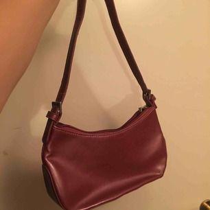 En söt liten handväska köpt från Sellpy. Har tyvärr inte fått användning för den och hoppas nu att den hittar en ny ägare 🥰 Frakt tillkommer.