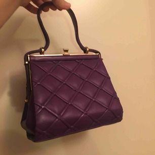 En väldigt söt lila handväska köpt på second hand. Hoppas att den hittar ett nytt hem där den används ☺️ Frakt tillkommer