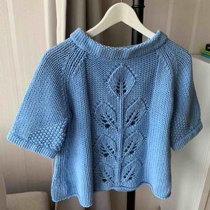 Ljusblå stickad tröja från malene Birger i storlek S men funkar även som XS eller M. Använd ett fåtal gånger men säljs då den ej passar in i min garderob så bra. Kan mötas upp i Göteborg eller posta:)