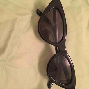 Ett par svarta coola solglasögon till en billig peng. Frakt tillkommer 🥰