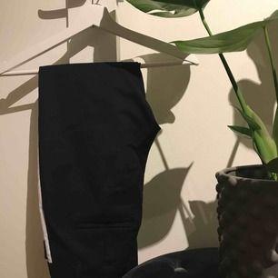 Kostymbyxor med en vit detalj på benen från Vero Moda. Storlek XS, längd 32. (Jag är ca 165cm)