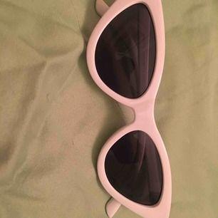 Ett par riktigt snygga vita solglasögon söker ett nytt hem. Frakt tillkommer 🥰