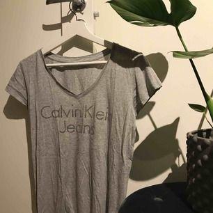 Calvin Klien t-shirt med glittrig text. Storlek S! Köparen står för frakten.