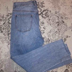 Mom jeans från & Other Stories i storlek 30. Rå söm vid ankeln. Sparsamt använda, mycket fint skick. Pris kan diskuteras. Fraktar ej men möts gärna upp och tar endast emot Swish-betalning.✨