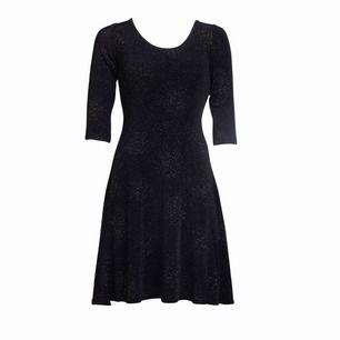 Svart glittrig klänning från Ida Sjöstedt✨🌟🤩 perfekt för jul, nyår eller andra festligheter! Använd endast en gång så i princip som ny😇 köpte den på Jackie för 1400kr! Frakt ingår i priset💌📮