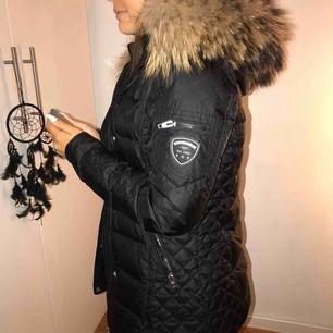 Vinterjacka ifrån rockandblue med äkta björnpäls. Den är köp för 4499kr och är rockandblues mellanmodell på deras pälsjackor. Den är i väldigt bra skick.