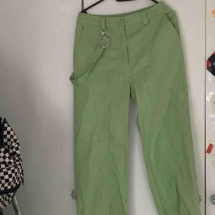 Ett par gröna, otroligt coola byxor köpta här på Plick. Är tyvärr tvungen att sälja dem på grund av att de är för stora för mig 😥 Frakt tillkommer. Jag är 161 cm.