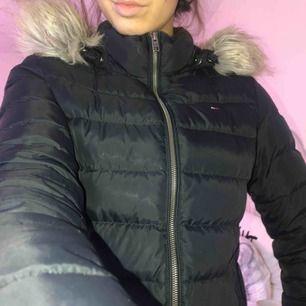 Äkta dun tommyhilfiger vinterjacka, kostar 2.200kr på bubbleroom, säljer för 750 inkl frakt!!  Passar en som har storlek S/M