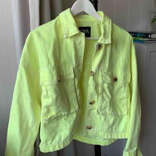 Neongul jeansjacka från zara i storlek S. Använd 2 eller 3 gånger. Kan mötas upp i Göteborg eller posta:)