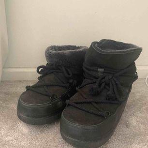 Säljer nu mina fantastiska inuikii boots i svart i storlek 38 (jag är normalt storlek 37). De är använda en säsong och är i mycket fint skick. Kartongen finns dessvärre inte kvar.