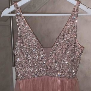 Säljer en rosa balklänning med paljetter köpt från bubbleroom. Oanvänd p,g,a fel storlek samt försent att skicka tillbaka den. Storlek 38, nypris 1200. Kan skickas men finns i Göteborg så även möjligt att mötas upp.