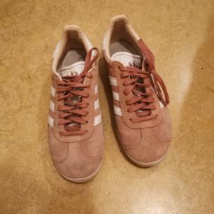 Sneakers från Adidas. Sparsamt använda pga fel storlek. Tyvärr en mörk fläck på insidan av skorna, kanske går att få bort med något husmorsknep?