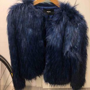 Säljer en (fake) pälsjacka perfekt nu till höst/vinter. Köpt från bikbok förra året för runt 700kr. Men den är i toppenskick! Pälsen är mörkblå/svart. Storlek S. Möts gärna upp om ni kan annars står köpare för frakt! Vid stort intresse tas bud emot.