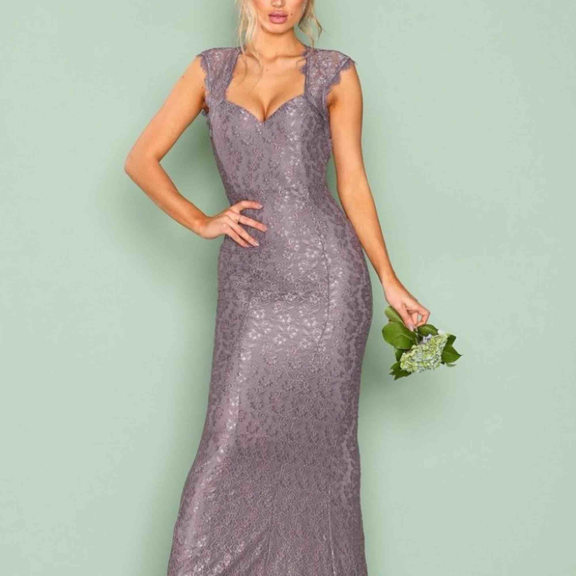 Superfin klänning ifrån Nelly, endast använd vid ett tillfälle. Färgen är lavendel, som på första bilden. Sitter som en smäck verkligen och passar upp till S. Köpt för 900kr.. Klänningar.
