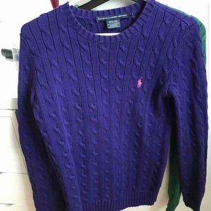 Säljer en super fin ralph lauren stickad tröja använd väldigt sällan i jätte bra skicka. Den är i storlek m men som ralph lauren är så har dom lite mindre storlekar skulle säga storlek s.