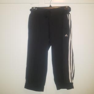 Kortare adidas-byxor. Perfekt för träning eller slappekvällar. Storlek M Säljes i befintligt begagnat skick