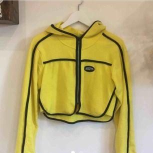 Skitsnygg hoodie/tröja i knallgul. Säljs pga tyvärr för liten för mig. Skulle säga att den passar allt från XS-M