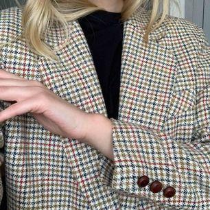 Unik kavaj-jacka köpt vintage i otroligt fin kvalitet. Vet ej storlek men passar mig med storlek 36! Frakt är inräknat i priset