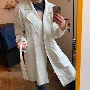 Trenchcoat i vit-beige ton köpt vintage men aldrig kommit till användning av mig. Frakt betalar jag. Vet ej storlek men jag har storlek 36!