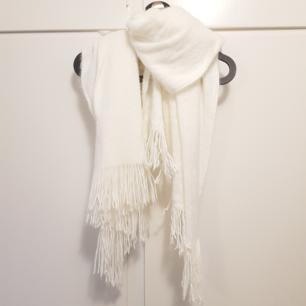 Fin halsduk i använt skick. Inköpt på H&M Fransar