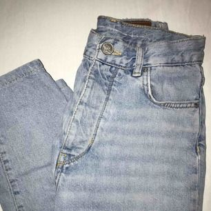 Skit snygga mom jeans från never denim! Jätte bra skick  förutom den där lila slitningen på sista bilden men det går fortfarande att ha skärp! Skickar gärna fler bilder om man skulle vilja ha det!!