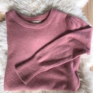 """En """"luden"""" gammelrosa stickad tröja från Wera Stockholm med lite """"puffärm"""" som inte kom fram på kameran. Den är i strl L men sitter som en M på mig som brukar ha S. Använd men fin. Köpare betalar för frakt :)"""