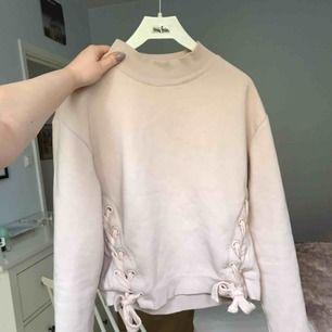 Har för många tjocktröjor tyvärr. Ljus gammelrosa sweatshirt med knytdetaljer, ganska oversized. Droppad axel och är i ett tjockt o väldigt mjukt tyg. Köpt för 400kr ;) Sitter bra på mig som brukar ha 36. Endast använd 2 gånger.