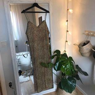 ord.pris 570kr klänning från motel, fin till en tjocktröja nu till höst/vinter, eller ett bälte i midjan+boots ! aldrig använd, lapp sitter kvar :-)