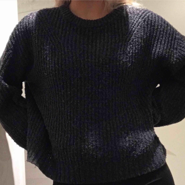 Stickad grå tröja som är snygg och skön! Mjukt material och passar perfekt till kallare väder.🖤 Köpare står för eventuell frakt. Stickat.