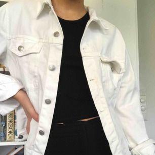 Vit jeansjacka från Bik Bok! Knappt använd då jag glömmer bort att jag äger den. Är i storlek L då jag personligen tycker det är snyggt när jackan är lite over-sized, så passar både den som är lite större samt lite mindre🖤 Köpare står för eventuell frakt