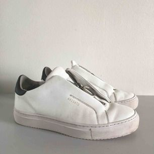 Sneakers i läder från Axel Arigato. Modell clean 90 zip sneaker. Nypris 1800. Köpta i Jan 2018.