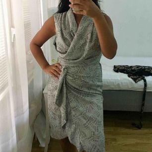 Helt oanvänd klänning från hm, endast testad.  Storlek 36 men passar en 34 med.  Dragkedja vid kanten   Fri frakt 🌸