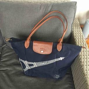 Äkta Longchamp väska i gott skick.  Köpt på NK i Sthlm för ett tag sedan.  Endast seriösa köpare tack