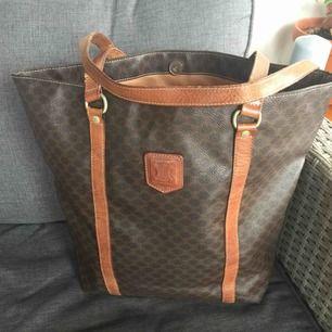 Äkta Celine vintage shopping bag.. väskan har många år på nacken men fortfarande gott skick.100% original!  Pris inkl frakt!